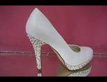 Туфли свадебные белые высокий устойчивый каблук на платформе расшиты мелким жемчугом модные стильные