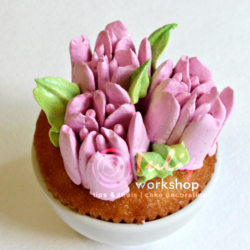 Тюльпаны и торт фотографии