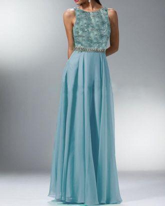 Вечернее длинное платье А-силуэта с открытой спиной из голубого гипюра и шифона
