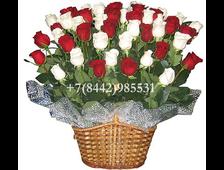51 белая и красная роза в корзине