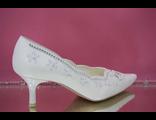Свадебные туфли белый средний каблук острый мыс классика украшены вышивкой стразами серебро  № 672-631=25б