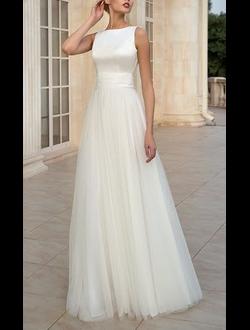 9d86bdc50bf Скромное свадебное платье А-силуэта с проймой американка выполнено из  шифона и атласа