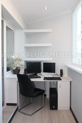 Встроенная мебель на балкон: рабочее место и встроенный шкаф.