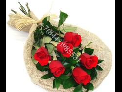 7 роз красных каскадным букетом