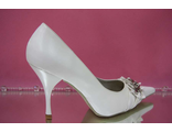 Свадебные туфли белые острый мыс средний каблук украшены пряжкой из сердечек и стразами серебро фото