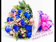 Букет синих роз с ярким контрастом
