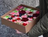 Коробочка с цветами и макарунами средняя с доставкой по Улан-Удэ от доставки цветов Флорис