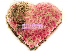 Сердце из розовых кустовых и нежных розовых роз (151 роза)