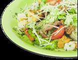 Салат с лисичками: микс из салатных листьев, лисички, грудинка, помидоры Черри, сухарики, сыр Пармезан, пряный соус,  150 гр