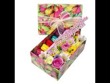 Подарочная коробочка с цветами и макарунами