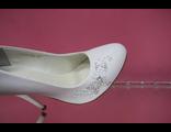 Свадебные туфли кожаные белый цвет украшены мелким жемчугом стразами и пайотками купить Москва салон