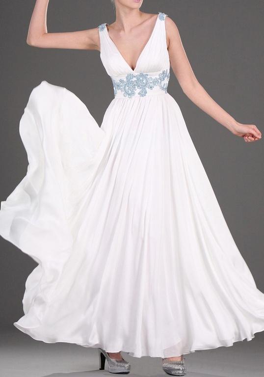 4b5cfb72788 Белое платье на свадьбу хоть и простое по крою выглядит просто ...
