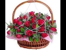 Корзина красных роз и белой Альстромерии