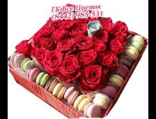 Розы в коробке (23розы) и 17 макарунс в большой подарочной коробке