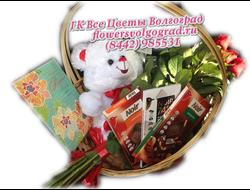 Подарочная корзина с розами, плюшевый мишка и шоколадом