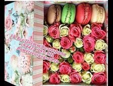 Квадратная коробка с цветами и макаруни