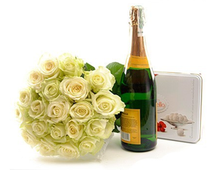 17 белых роз с бутылкой Шампанского и конфетами