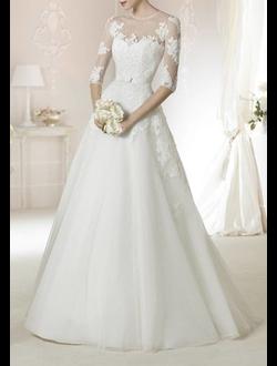 18c5e4f7485 Нежное свадебное платье с закрытой гипюром спиной и рукавами 3 4 имеет  классический А-