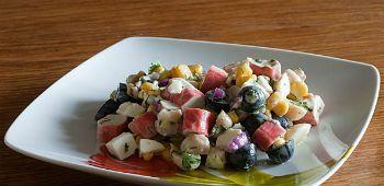 Салат из крабовых палочек с маслинами