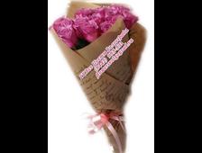 Букет малиновый 17 роз в крафт-бумаге