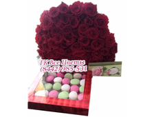 Большой букет красных роз (51) и коробка макаруни (35 штук)