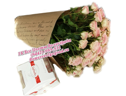 Кустовые кремово-розовые розы в букете и конфеты Ферреро