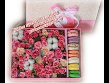 Цветы в розовой коробке с макаруни