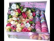 Цветы в большой коробке с киндерами и пирожеными макаруни
