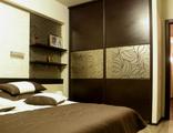 Шкаф-купе в спальню с пескоструем на зеркале бронза
