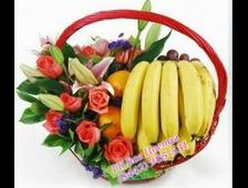 Большая корзина с фруктами и цветами