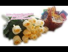 Букет роз (11 шт) и корзинка с 10 шоколадками