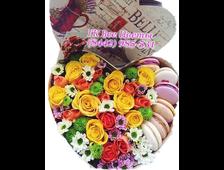 Цветы и пироженое в коробке сердцем
