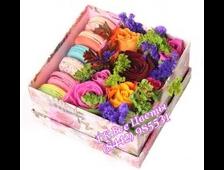 Сочные краски цветов в коробке с макаунами