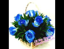 Корзина с 11 синими розами и зеленью