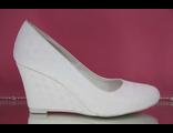 Белые свадебные туфли круглый мыс на средней танкетке устойчивый каблук украшены выбитой кожей № 850-S1271=1