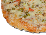 Пицца Калифорния: куриное мясо, зеленый горошек, помидоры, лук, сыр, соус острый