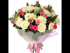 Букет из белых кустовых и розовых классических роз