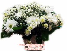 Милая корзинка из белых хризантем