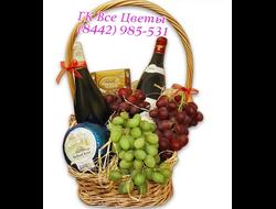 Корзина на подарок с фруктами, конфетами, вином и икрой
