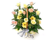 Корзина из желтых гербер с розами желтого и розовых цветов
