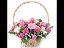 Корзина розовых роз с Герберами и белой Лилией