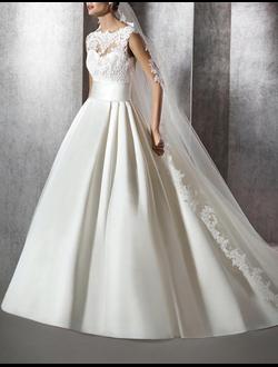 5da359da485 Свадебное платье атласное с кружевом наверху и широким поясом имеет пышный А -силуэт