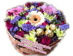 Букет цветов в подарочной коробке в композиции с конфетами