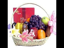 Корзина фруктов с цветами и шоколадом Услада Чувства