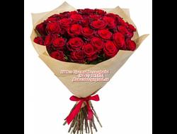 35 красных роз букетом
