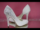 Свадебные туфли кожаные сбоку вырез белые на среднем каблуке пяточка и каблук украшен стразами фото
