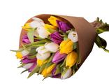 17 разноцветных тюльпанов в крафт бумаге