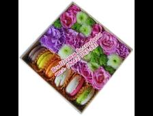 Цветы миксом в коробке с макарунами