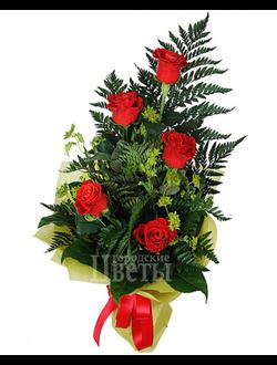 Букет из 5 роз и листьев папоротника
