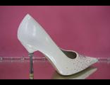 Свадебные туфли лаковые айвори средний каблук острый мыс украшены стразами № К108-303ZS=МЕТ